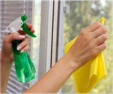 Раствор для сохранения чистоты окон надолго.   ==Смешайте три чайных ложки воды, семь ложек глицерина и несколько капель нашатырного спирта. Смочите смесью бумажное полотенце и протрите стекла.  Водный раствор глицерина со спиртом образует на стекле тончайшую защитную пленку, который защищает стекло от пыли.