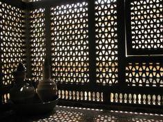 Qu'est-ce donc que le moucharabieh ? Green Architecture, Islamic Architecture, Asian Interior, Interior Styling, Door And Window Design, Arabic Design, Window Screens, Moorish, Moroccan Style