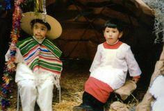 Lindos el par de angelitos participando en una pastorela, una tradición muy mexicana