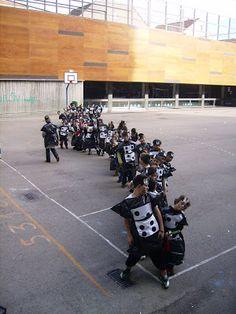 Disfraz juego de domino, con bolsas de basura negras  |  http://www.multipapel.com/producto-Bolsas-de-basura-de-colores-para-disfraces.htm