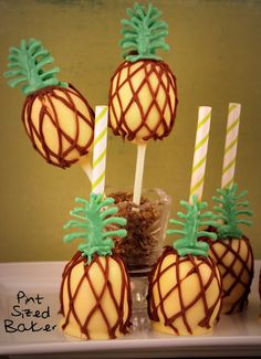 Cake pops para una fiesta tropical! Muy chulos! / Cake pops for a luau party! Cool!
