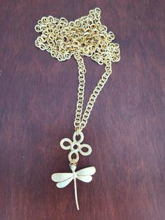 IV Sautoir en plaqué or avec pendentif en croix et pendentif libellule