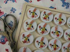[ Brocante French bunny button 1950's ] 1950年代のプラスチック製のホワイトの丸ボタンで立体的なうさぎのデザインに細やかなハンドペイントが施されたキュートなボタンです。