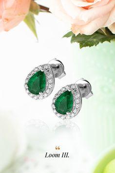 """Nový rok začíname vo veľkom, smaragdovom štýle. Najušľachtilejší a najvzácnejší člen z rodiny berylov, jeden zo skupiny tzv. """"drahokamovej veľkej trojky"""", ktorú dopĺňajú zafír a rubín, dáva vyznieť sviežej dizajnovej kráse náušníc Loom. Ak ste si vysnívali nové začiatky v predstave upokojujúcich, nádherných prírodných odtieňov zelenej farby, ste na správnej ceste. My sme pripravení splniť vaše priania a dať všetkým želaniam ten správny, zlatom orámovaný rozmer. Loom, Emerald, Gemstone Rings, Gemstones, Earrings, Jewelry, Diamond, Ear Rings, Stud Earrings"""