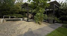 In de tuin | SCHELLEVIS terrastegels Oud Hollands gecombineerd met siergrind #sierbestrating
