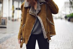 Streetstyle wearing a brown shearling jacket Winter Wear, Autumn Winter Fashion, Shearling Jacket, Leather Jacket, Fur Jacket, Look 2017, Mode Plus, Moda Boho, Winter Mode