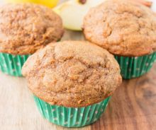 These moist, soft and fluffy muffins are made with whole wheat flour, coconut oil and sweetened with maple syrup. They are absolutely delicious and healthy too! Carrot Muffins, Mini Muffins, Sin Gluten, Crockpot, Muffin Bread, Kinds Of Desserts, Breakfast Muffins, Sweet Bread, Muffin Recipes