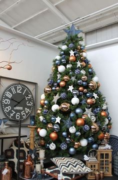 Een trendy kerstboom met blauw en koper! Lees meer over deze en 8 andere kerstbomen in ons artikel met kerstboom inspiratie!