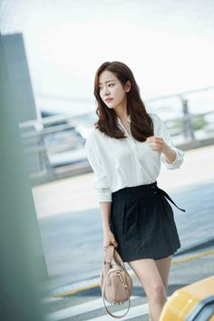 Netizens go wild over Han Ji Min's classic airport look - Koreaboo Han Ji Min, Airport Look, Airport Style, Airport Fashion, Korean Beauty, Asian Beauty, Natural Beauty, Black Pleated Skirt, Asian Celebrities