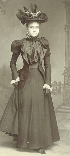 God-Awful Photos of Victorian Women Hats From the and 1890s Fashion, Edwardian Fashion, Vintage Fashion, Victorian Photos, Victorian Women, Victorian Era, Vintage Outfits, Vintage Dresses, Photo Vintage