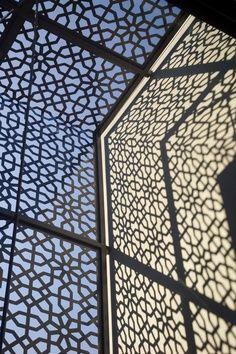 Brise-vue en panneau / aspect moucharabieh by ABIYA Mashrabiya Laser Cut Screens, Laser Cut Panels, Laser Cut Metal, Metal Panels, Laser Cutting, Islamic Architecture, Architecture Design, Motifs Islamiques, Shade Screen