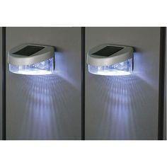 2 LED-Solar-Lichter zur kabellosen Beleuchtung von Gartenzäunen und Fassaden.