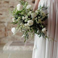 """Pinterest inspo👆🏻Hur ljuvlig är inte denna?? I år går brudtrenderna ännu mer åt det """"svulstiga"""" hållet. De ska enligt trenden vara rejäla med många olika strukturer och skapade med vildväxande känsla. Välkommen att boka brudsamtal hos oss. #trender #brudbuketter #blomstermagasinet #boka #brudsamtal"""