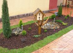 Igényes előkertek - Örökzöldek, virágok színkavalkádja az előkertben. - MindenegybenBlog Neon, Bird, Outdoor Decor, House, Home Decor, Gardening, Garden, Neon Tetra, Homemade Home Decor