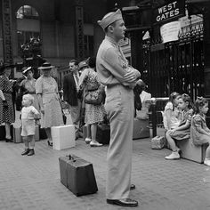 New York. Waiting for trains at the Pennsylvania railroad station, vintage everyday: 20 Interesting Black and White Photographs Capture Everyday Life in the U. in 1942 American Cafe, Monument Park, Mott Street, San Rocco, Park Playground, Pennsylvania Railroad, American Children, Vintage New York, Second World