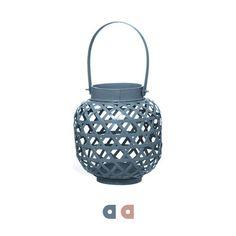 Apportez une touche déco avec cette lanterne en bambou qui illuminera vos soirées à l'intérieur comme à l'extérieur !  Hauteur : 16cm Diamètre : 15cm Poids : 500kg- Matériau : bois bambou - Diamètre : 15 cm - Hauteur : 16 cm - Globe en verre à l'intérieur du photophore pour insérer la bougie