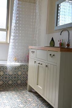 המשך הריצוף מהרצפה לאמבטיה אדריכלות: גלי יבגי סיטון 054-4905160 Bathroom Layout, Bathroom Interior Design, Small Bathroom, Toilet Room Decor, Country Style Bathrooms, Bathroom Toilets, Glass Shower, Bathroom Renovations, Bathroom Inspiration
