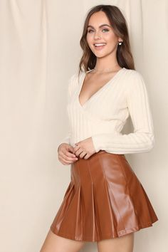 Long Leather Skirt, Leather Skirts, Cropped Sweater, Long Sleeve Sweater, Mini Skirt Outfit Winter, Secretary Outfits, Beautiful Women Pictures, Casual Skirts, Simple Outfits