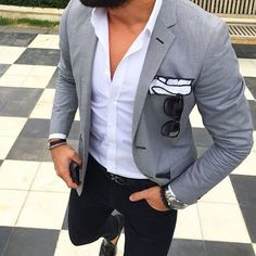 This combination of a grey blazer and black chinos is hard proof that a safe ensemble doesn't have to be boring. A pair of black leather tassel loafers will put an elegant spin on your outfit. Stylish Men, Men Casual, Smart Casual Jeans, Casual Attire, Blazer Outfits Men, Grey Blazer Outfit, Grey Blazer Black Pants, Black Jeans, Grey Blazer Mens