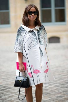 Mini Handbag is Trending at Fall Winter 2014 Paris Haute Couture Fashion Week Street Style. More Trending Mini Handbag at FW 14 Couture. Photo Credit: Harper's Bazaar. Street Style Chic, Street Style Outfits, Autumn Street Style, Street Style Looks, Fashion Mode, Fashion Week, Look Fashion, Autumn Fashion, Womens Fashion