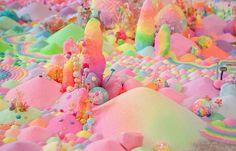 Taiteilija luo sokerista, glitteristä, leluista ja koruista satumaisen makeita maisemia – 16 kuvaa | Vivas