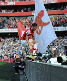 Giroud leaping to celebrate his London Derby winning goal with the fans. Arsenal Goal, English Premier League, European Football, Great Team, Fa Cup, Football Players, Arsenal Football, Tottenham Hotspur, Club