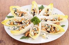 Discover the recipe for endive salad with apples, walnuts and blue cheese. Healthy Appetizers, Easy Healthy Recipes, Easy Meals, Clean Eating Snacks, Finger Foods, Good Food, Food And Drink, Stuffed Peppers, Gourmet