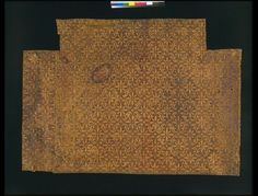 Scorched plain leather panel, with a pattern of 8-pointed stars, alternating with 'ƒ'-shaped ornaments. The bottom edge of the panel is partly with a gilt leather fringing edge. ca. 1700-1750 | Identical panels in collection Colomer-Munmany, Vic (Sp.). The same pattern can also be found on the back of the wheelchair of Pope Clemente XII (1730-1740), Palazzo Corsini, Florence, and on the protection-covers of various chairs in Palazzo Chigi in Ariccia, near Rome. ca 1700-1750 | V Museum…