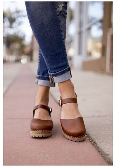 Clogs Outfit, Mary Jane Clogs, Wooden Clogs, Clog Sandals, Baskets, Leather Clogs, Pretty Shoes, Hot Shoes, Italian Leather