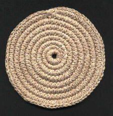 Crochet covered clothes line tutorial. Crochet Round, Knit Crochet, Crochet Hats, Crochet Rug Patterns, Crochet Doilies, Rope Basket, Basket Weaving, Diy Tapis, Yarn Tail