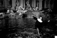 Ferdinando Scianna, Nun in Fontana di Trevi, Rome, 2000 Emperor Augustus, Las Vegas, Trevi Fountain, Storytelling, Rome, Art Photography, Nun, Around The Worlds, Painting