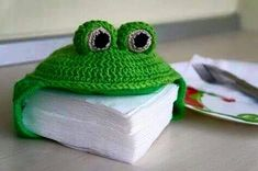 Napkin Holder Little Frog Crochet Diy, Crochet World, Crochet Frog, Knitted Hats, Crochet Hats, Easy Valentine Crafts, Frog Crafts, Diy Crafts, Crochet Kitchen