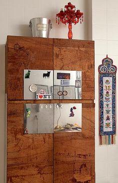 Placas metálicas no armário da cozinha do diretor de arte Flavio Saballa fizeram do móvel um quadro de ímas