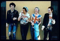 """Texto: Música: integrantes da banda punk Sex Pistols posam para foto. *** L-R, Sid Vicious, Steve Jones, Paul Cook, Johnny Rotten (ne Lydon), members of the Sex Pistols are shown in this undated photo. The defunct English punk group has just issued its 1980 spoof documentary """"The Great Rock 'N' Roll Swindle"""" on DVD. Factory release include a commentary track and interview featuring the film's writer/director, Julien Temple. REUTERS/Courtesy Shout! Factory LLC, Los Angeles/Handout"""