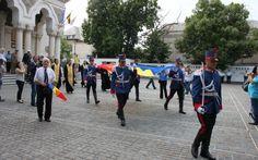 FOTO Onor la simbolurile ţării. Drapelul Naţional, sfinţit în Catedrala Arhiepiscopală de la Galaţi | adevarul.ro