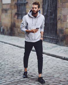 How to Wear a Grey Hoodie For Men looks & outfits) Hoodie Outfit, Style Casual, Men Casual, Simple Style, Sweat Cool, Moda Streetwear, Mode Man, Winter Stil, Ootd Winter