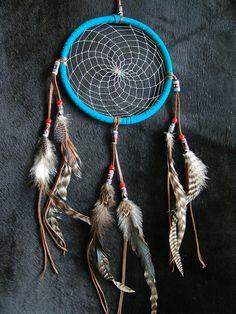 """TRAUMFÄNGER (Hand made from Kokopelli Guadarrama) Titlahtin – """"Das, was mich beruhigt""""     Bei dem Azteken die Traumfänger, Sie nannten ihn Titlahtin, was übersetzt heisst, """"das, was mich beruhigt"""". Im alten Aztekenreich glaubte die Bevölkerung, das sie von geheimnisvollen Kräften einer unsichtbaren Welt umgeben waren und da gab es gut und böse Energien. Eine Möglichkeit um Kontakt mit der unsichtbaren Welt aufzunehmen, war das Träumen. In diesen Träumen erschienen, Gestalten, Tiere, Energi Dream Catcher, Home Decor, Aztec Empire, World, Animals, Dreamcatchers, Decoration Home, Room Decor, Feather Mobile"""
