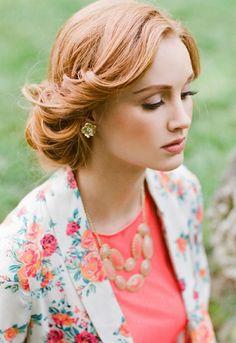 Elegante Frisur im Retro-Look für wichtige Anlässe im Frühling