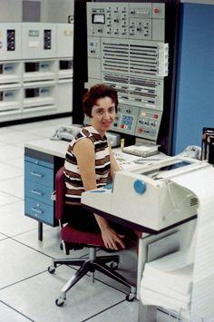 """Bell Labs Tech Chick  """"Relaxen und vatch das Blinkenlichten'"""