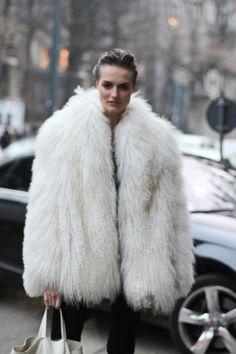 #agnekoncuite #fur #coat #white #modeloffduty#offcatwalk ON #sophiemhabille.com