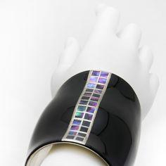 バングルサムライブレス 螺鈿ライン<黒色>「漆」の艶やかさと「和木」ならではの軽やかさを、毎日使いたくなるファッション・アイテムとして創造する「坂本これくしょん」より、おしゃれをグッと引き立てるシャープで力強いフォルムのバングルサムライブレス 螺鈿ラインのご紹介です。[ ダイナミックさとシャープさが手元を美しく演出、サムライブレス 螺鈿ライン ]漆黒といわれる大人の黒、