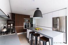 La combinación de tonos y materiales utilizados en esta cocina crean un ambiente elegante y agradable para estar y lucir!