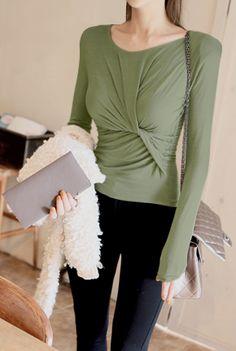 Today's Hot Pick :◆高贵优雅◆胸前褶皱设计修身T恤 http://fashionstylep.com/P0000LPU/marlangrouge/out 设计理念——摒弃了繁复的装饰细节,还原最为自然的基本款式T恤,运用独到的修 身剪裁,在纯色的唯美中尽显你的婀娜身姿! 推荐理由——胸前采用褶皱收紧设计,配合上等优质的面料,让自身拥有的极佳弹性包裹在你的身体之上,塑造出女性完美的身体曲线,无论是手臂还是腰身,都能够呈现出纤细的美感~如此修身有百搭的T恤,绝对是每个爱美女人都必备的! 搭配建议——时尚百搭款式,可随意搭配任何风格服饰,无论性感还是休闲,它都能HOLD住哦! -T恤- -纯色- -圆领- -褶皱-