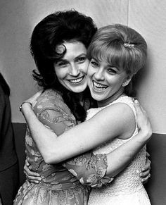 Loretta Lynn, left, and Connie Smith hug backstage at the Municipal Auditorium during the CMA's annual banquet. (Joe Rudis - The Tennessean) Country Female Singers, Country Western Singers, Country Musicians, Country Music Artists, Country Girls, Country Style, Old Country Music, Country Music Videos, Country Music Stars