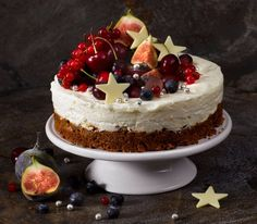 No-bake creamy lemon cheesecake with a spicy ginger nut biscuit base beautifully adorned with fresh summer fruits. Christmas Pudding, Xmas Food, Christmas Cooking, Köstliche Desserts, Dessert Recipes, Chocolate Coconut Slice, Ginger Nut Biscuits, Nutella, Mascarpone Cake