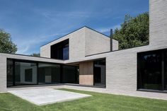 The villa's design is reflected by the choice of brick - the Wienerberger Wasserstrich Special Grijs. The format accentuates the villa's horizontal lines and the grey colour creates a contrast to the deep window openings framed by black steel. Minimal Architecture, Brick Architecture, Contemporary Architecture, House Roof, Facade House, Casas Containers, Exterior Design, Future House, Home Fashion