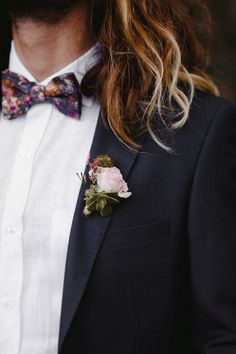 Patterned bow tie and airy pink boutonniere | Image by Forester Fotógrafos