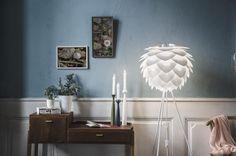 Vita Copenhagen Silvia white tripod floor white desk and candlelight - Boer Staphorst | #lamp #kastjes #schilderijen #kaarsen  #vitacopenhagen Bekijk meer van Vita Copenhagen op: www.boer-staphorst.nl/verlichting