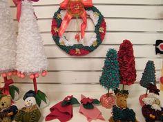 Faça você mesma vários itens que poderão decorar a sua porta para o natal! Você poderá fazer um lind