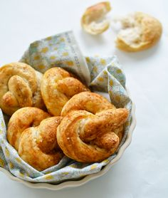 soft spicy pretzels - by édesem Spicy Pretzels, Sweet Little Things, Onion Rings, Sausage, Baking, Ethnic Recipes, Breads, Food, Bread Making
